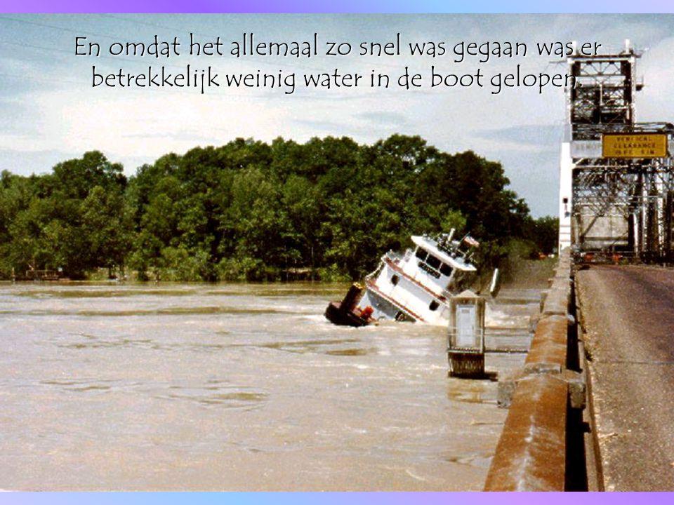 De boot had nog voldoende drijfvermogen en kwam vrijwel onbeschadigd omhoog uit het water.