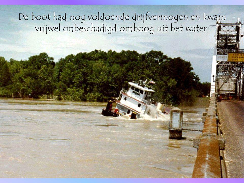Even leek het alsof de stroming de boot weer onder zou duwen...