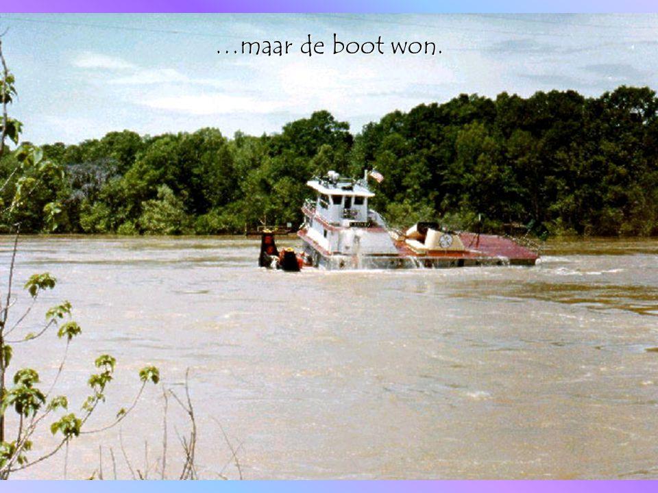 Heftig schommelend voer de boot weer richting de eerder afgekoppelde bak.