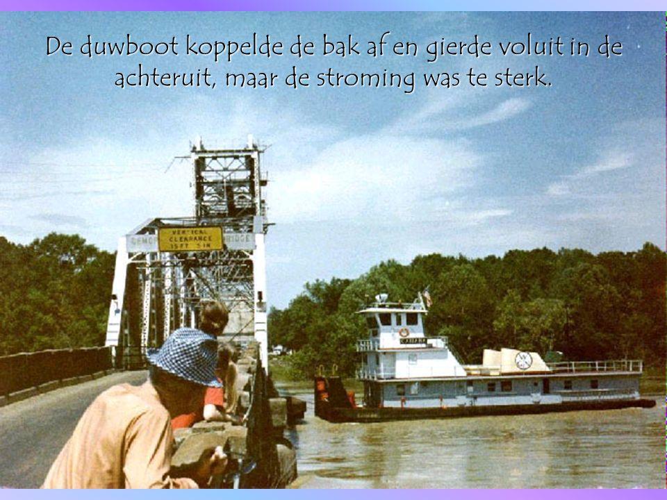 De boot werd tegen de brug aangeduwd en draaide door de stroming dwars tegen de brug aan.