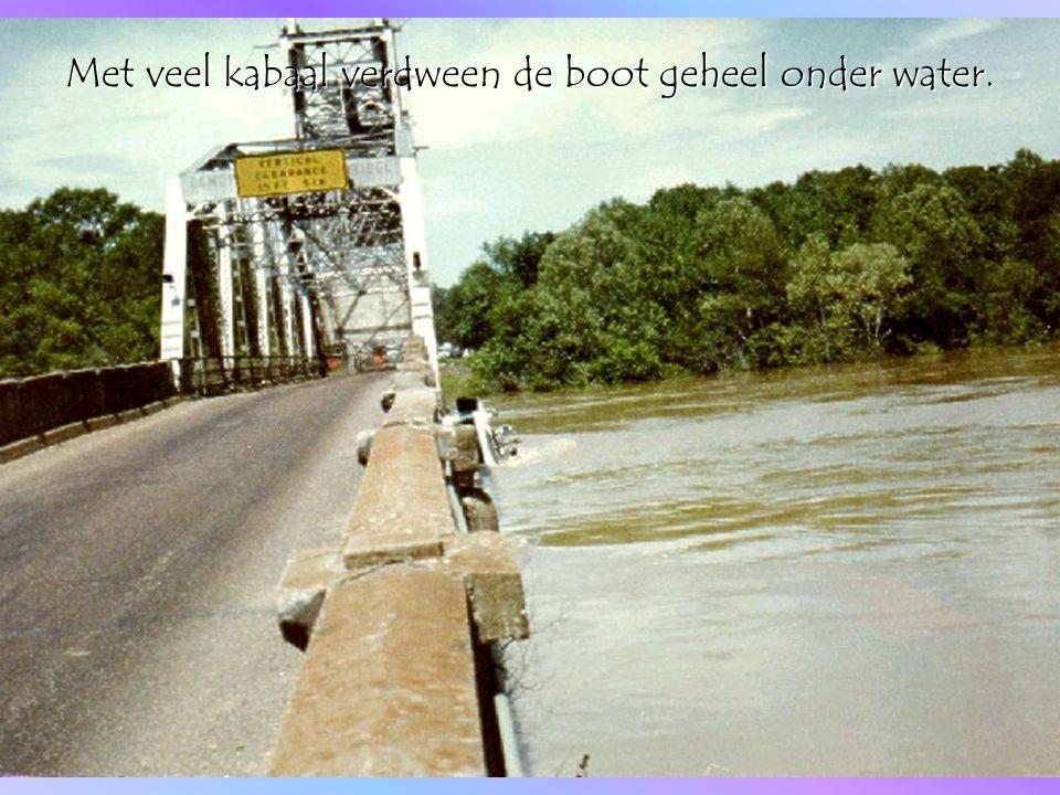 Maar toen gebeurde er een klein wonder. De stroming had de boot onder de brug door geduwd.