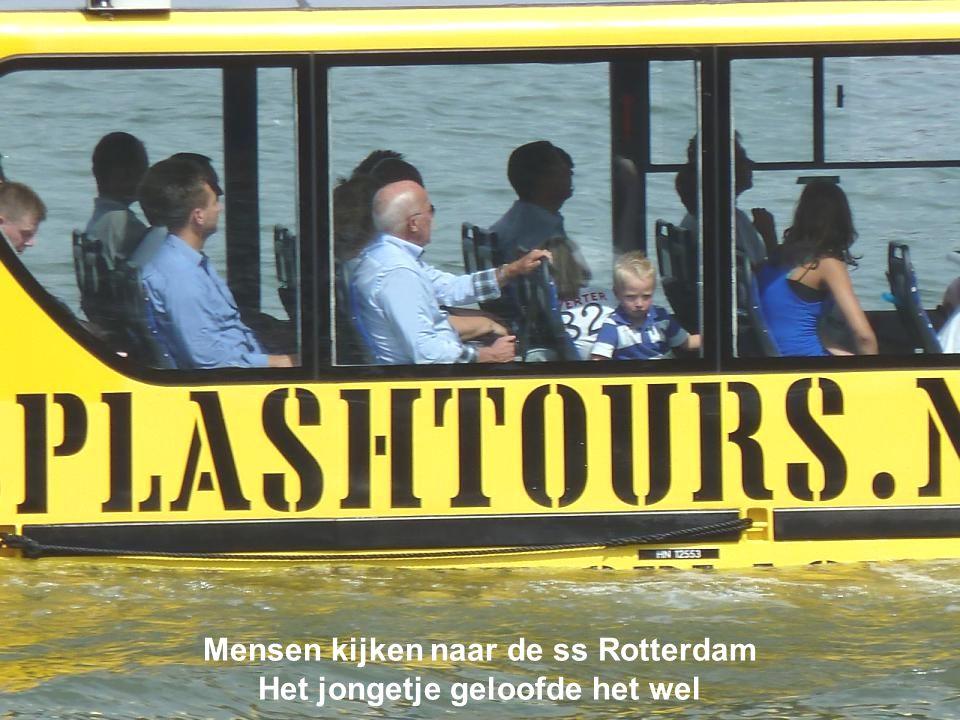 Mensen kijken naar de ss Rotterdam Het jongetje geloofde het wel