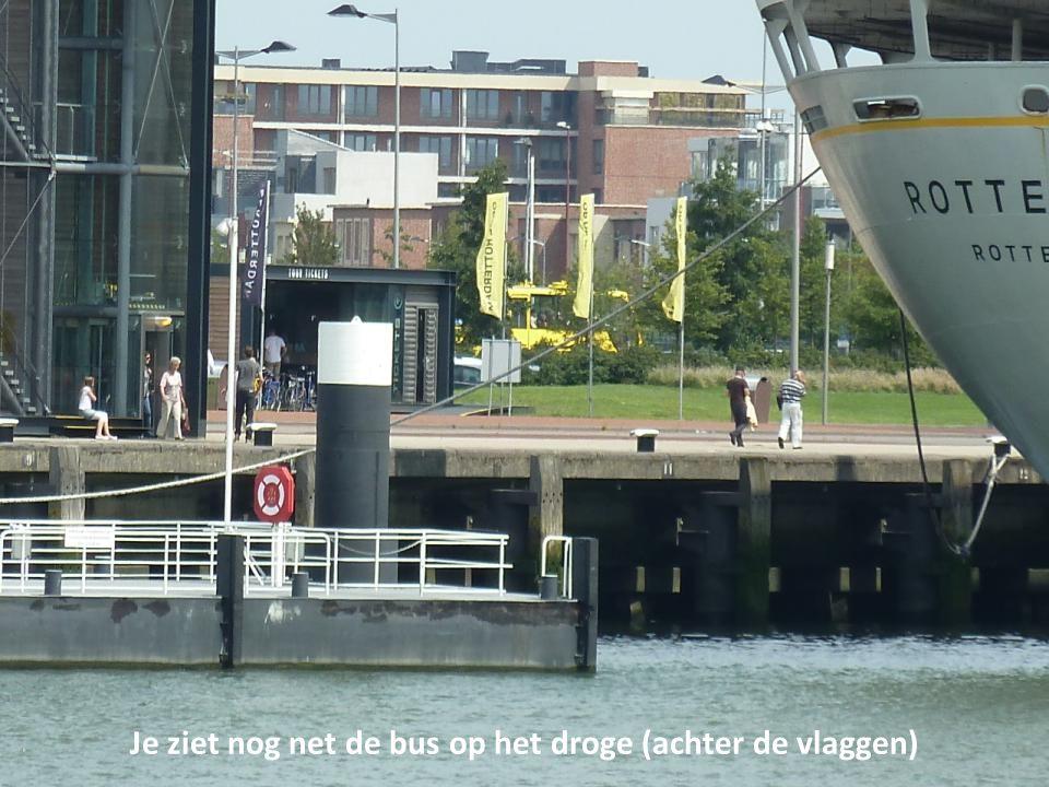 Je ziet nog net de bus op het droge (achter de vlaggen)