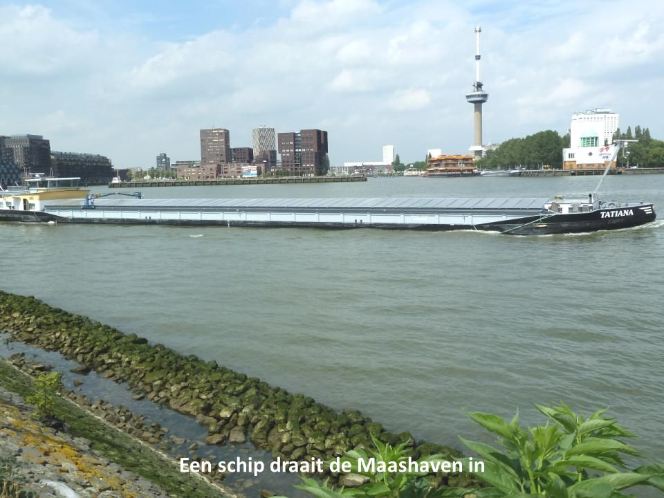 Een schip draait de Maashaven in