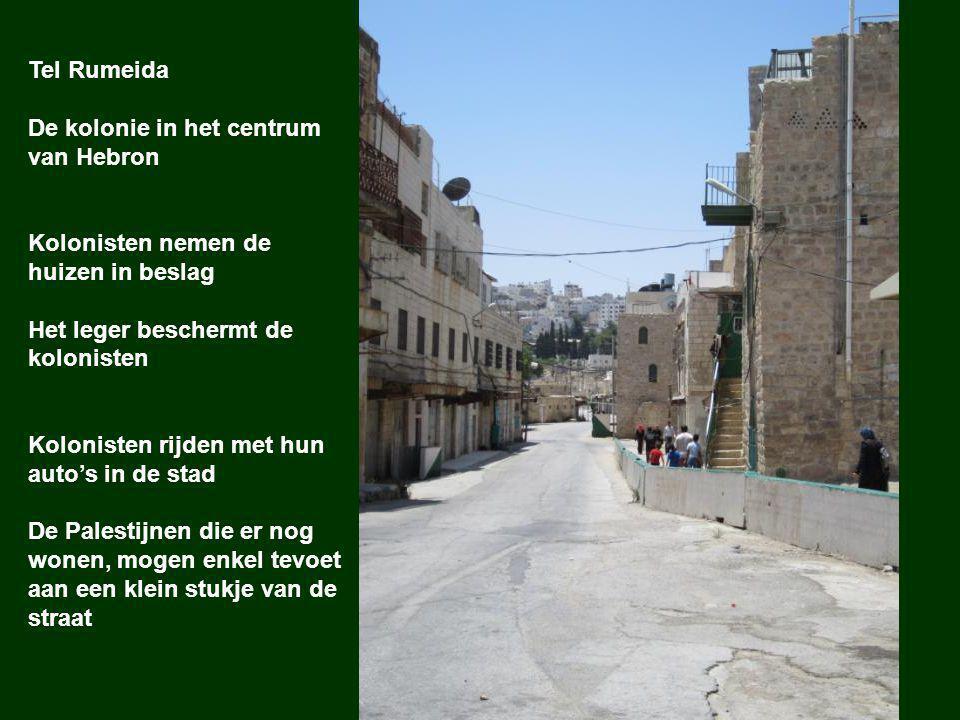 Checkpoint aan Tel Rumeida: De Palestijnen die nog in deze kolonie wonen, moeten dagelijks door het checkpoint