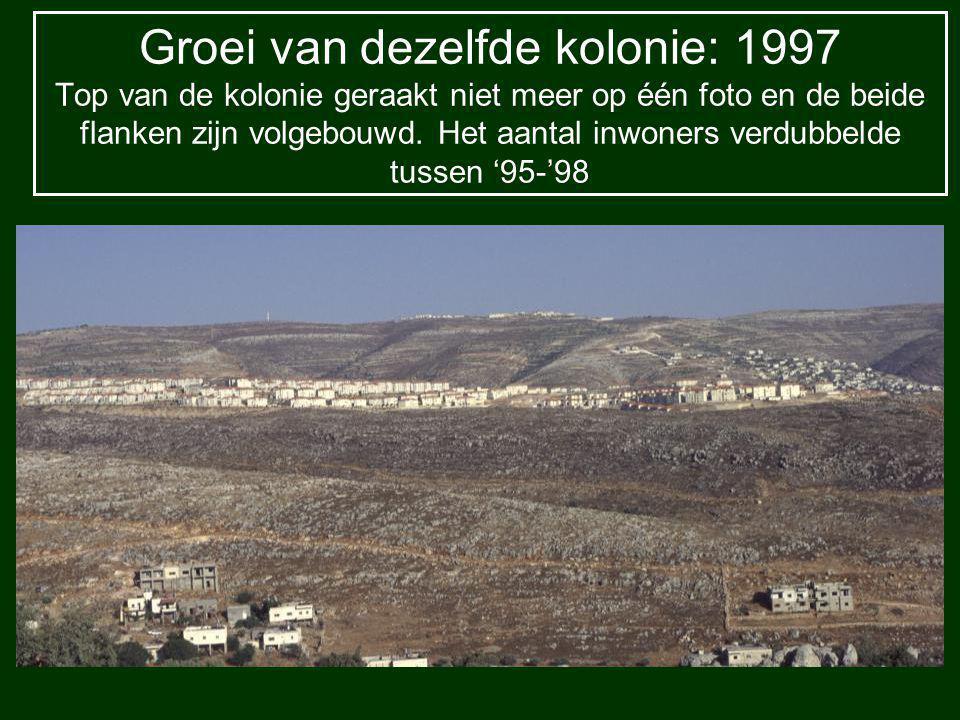 Groei van dezelfde kolonie:1999 Volgende bergrug in beslaggenomen, om de kolonie uit te breiden De weg boven de Palestijnse huizen, is de grens voor de uitbreiding van het Palestijnse dorp, kwestie van veiligheid voor kolonisten!