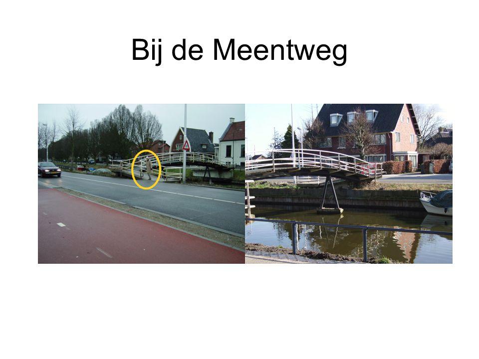 Meernbrug Een deel van de fietsers moet wachten op het volgende groene licht.