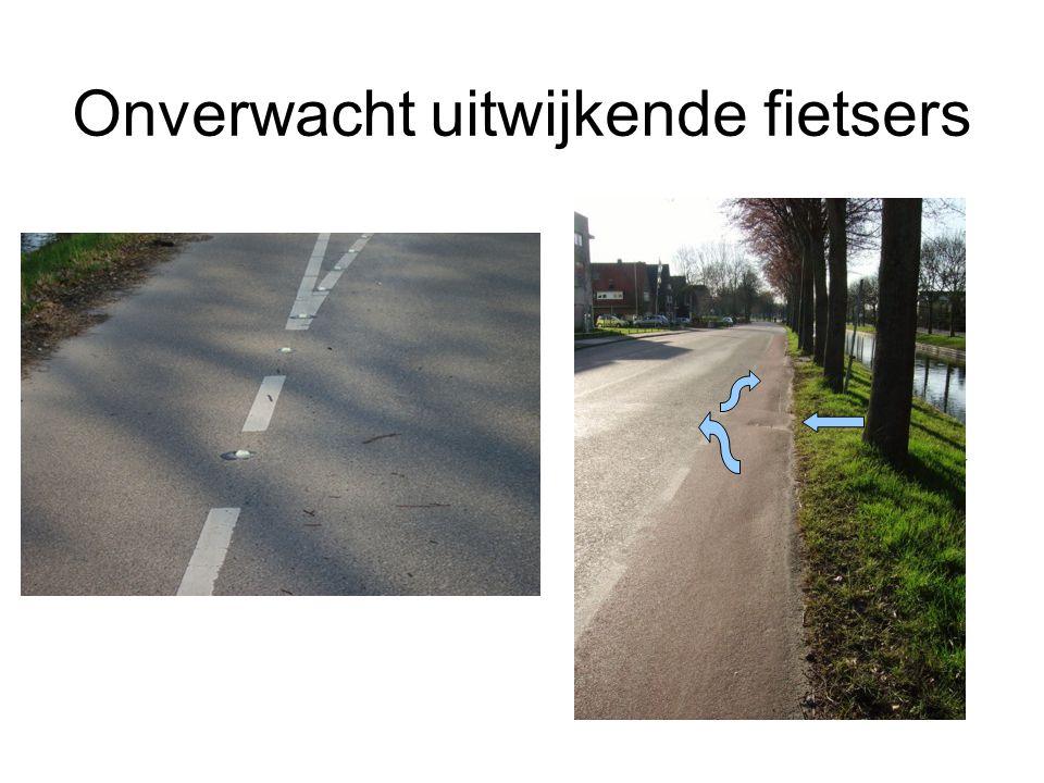 Smal door reflectiebultjes Kort voor de wegversmalling maken een paar glazen bultjes in het wegdek (op de witte lijn) de strook de facto nog smaller dan bij de echte wegversmalling Ingetekend is de plek waarvoorbij je niet wilt fietsen