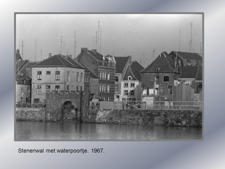Stenenwal met waterpoortje. 1967.