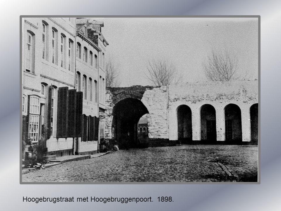 Hoogebrugstraat met Hoogebruggenpoort. 1898.