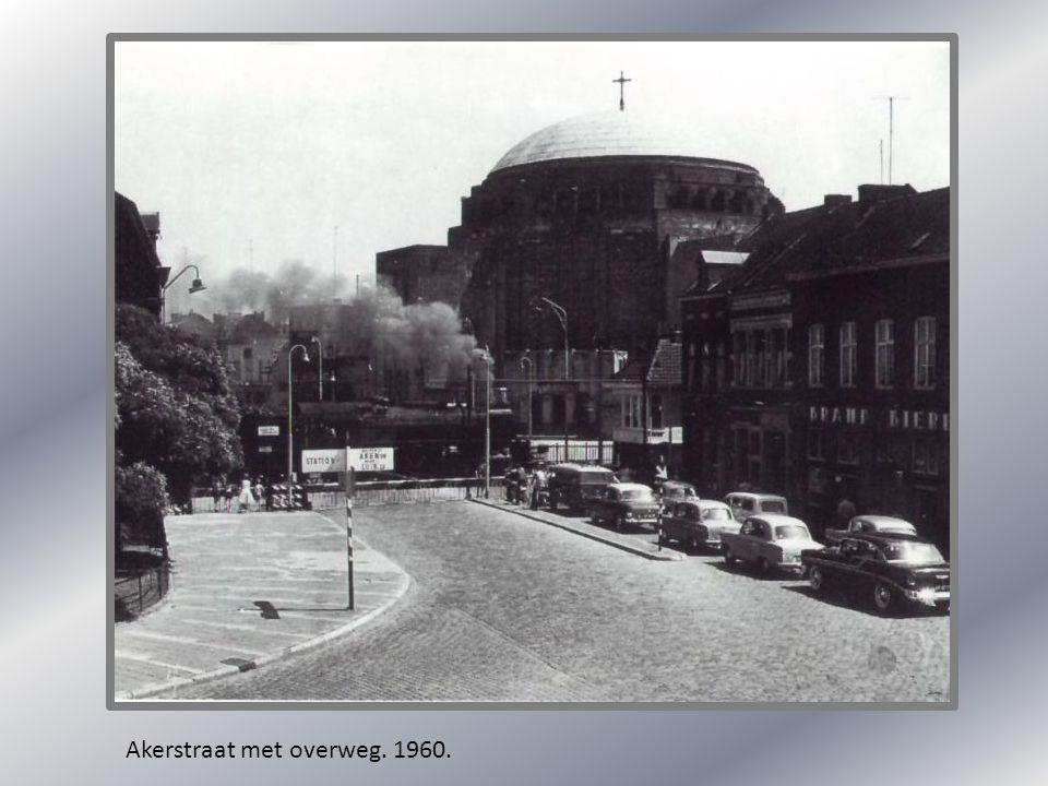 Akerstraat met overweg. 1960.