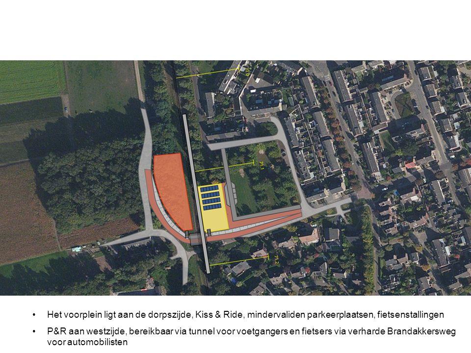 Het voorplein ligt aan de dorpszijde, Kiss & Ride, mindervaliden parkeerplaatsen, fietsenstallingen
