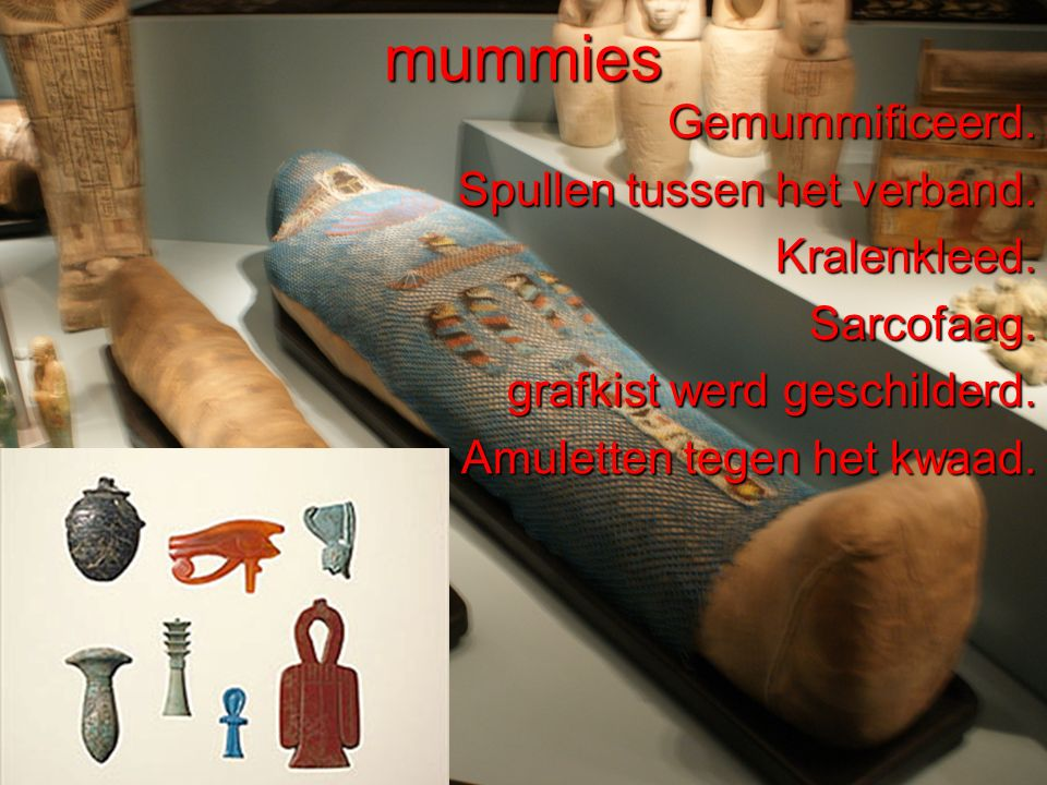 mummies Gemummificeerd. Spullen tussen het verband. Kralenkleed.
