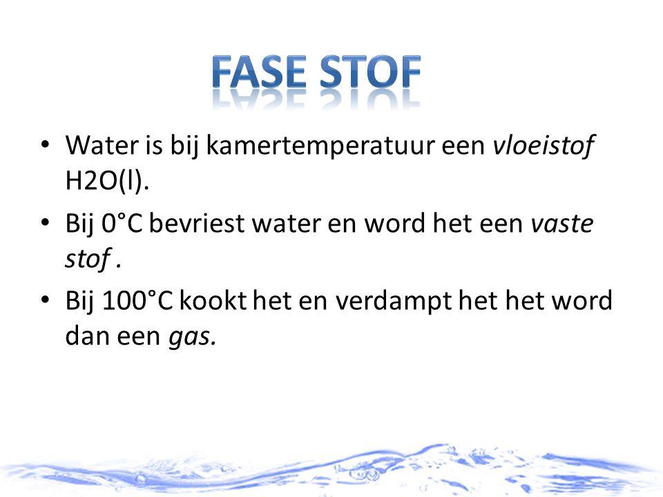 Fase stof Water is bij kamertemperatuur een vloeistof H2O(l).