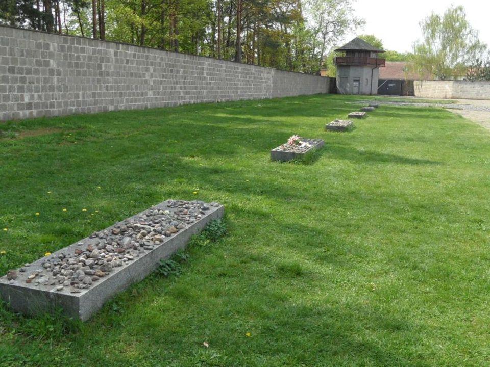 27. Zes massagraven voor 6x50=300 overleden gevangenen na de bevrijding.