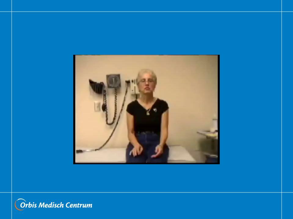 Hij kan ritmisch zijn, maar ook dysritmisch, optreden in rust, zoals hier, tijdens het innemen van een houding, maar ook bij intentionele bewegingen. De presentatie kan tijdens een onderzoek sterk wisselen. De frequentie varieert van 4-12 Hz, en bij het EMG kan een alternerende aanspanning worden gevonden. Een opvallend kenmerk, die zeer suggestief is voor een niet-organische tremor, is de onderdrukking bij afleiding (tijd filmpje opzoeken). Tevens is de frequentie beïnvloedbaar indien met de andere hand of het andere been een opgelegd tempo wordt gevolgd. Dit berust op het feit dat het (althans voor niet-musici), erg moeilijk is om 2 niet gerelateerde frequenties tegelijkertijd te genereren.