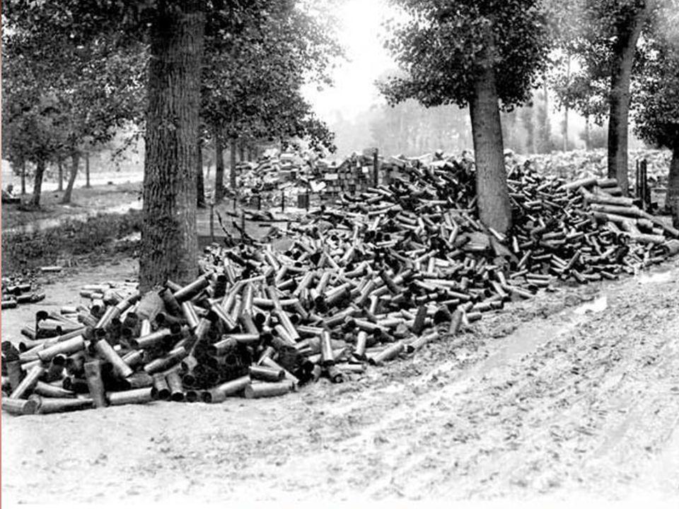 b) De fabrieken die de wapens produceerden zaten met een groot overschot aan wapens.