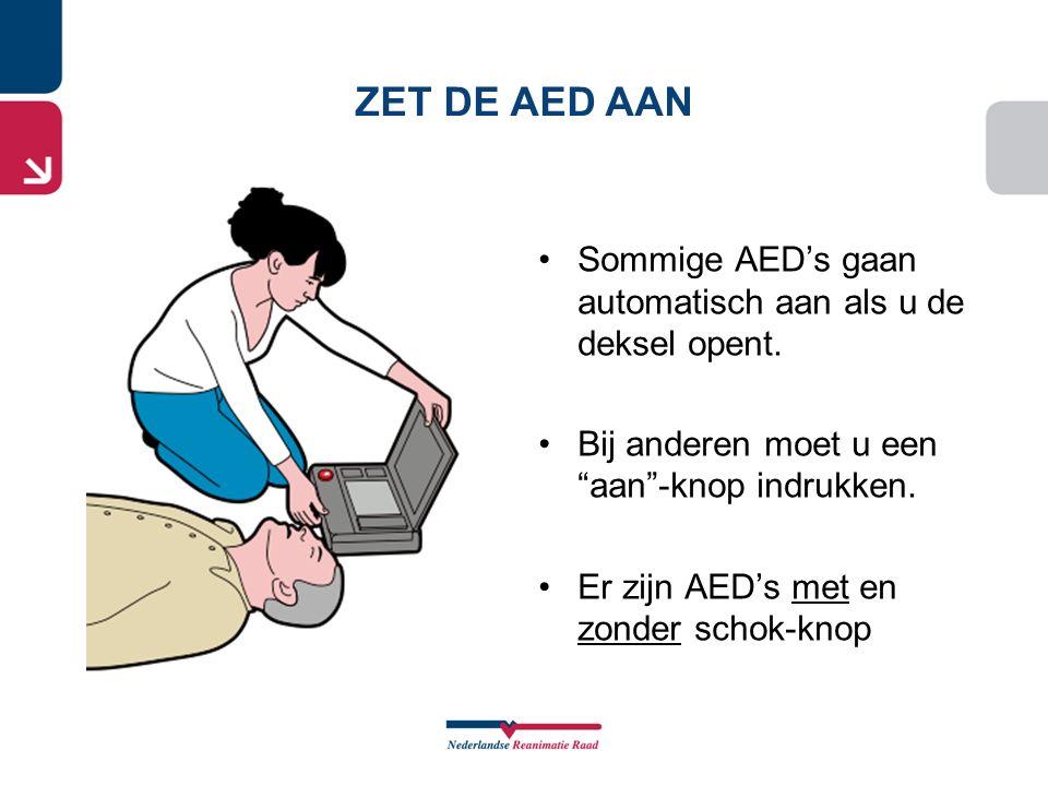 ZET DE AED AAN Sommige AED's gaan automatisch aan als u de deksel opent. Bij anderen moet u een aan -knop indrukken.