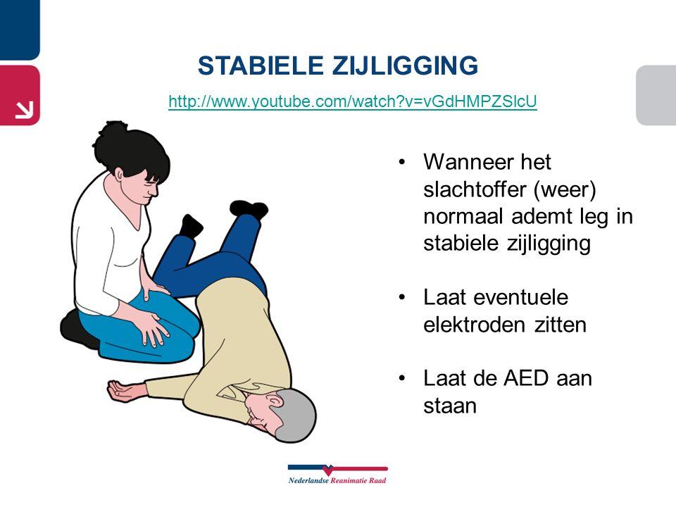 STABIELE ZIJLIGGING http://www.youtube.com/watch v=vGdHMPZSlcU. Wanneer het slachtoffer (weer) normaal ademt leg in stabiele zijligging.