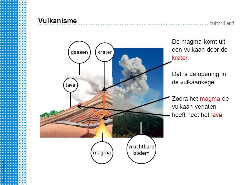 Vulkanisme De magma komt uit een vulkaan door de krater.