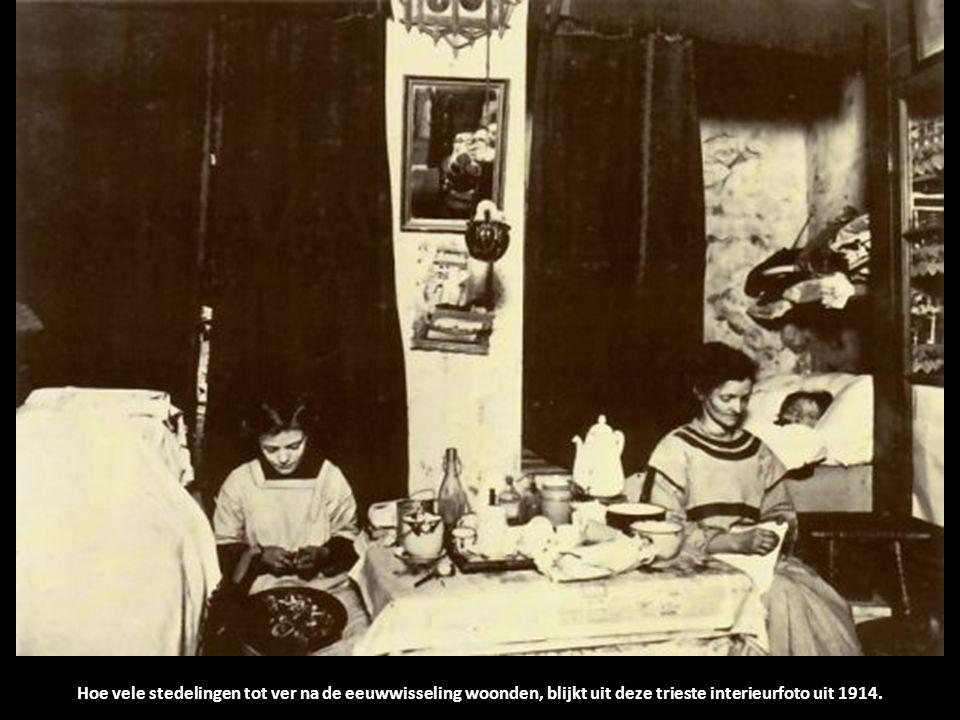 Hoe vele stedelingen tot ver na de eeuwwisseling woonden, blijkt uit deze trieste interieurfoto uit 1914.