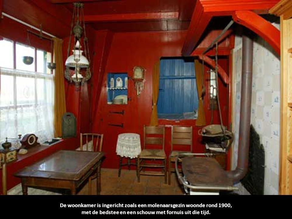 De woonkamer is ingericht zoals een molenaarsgezin woonde rond 1900,