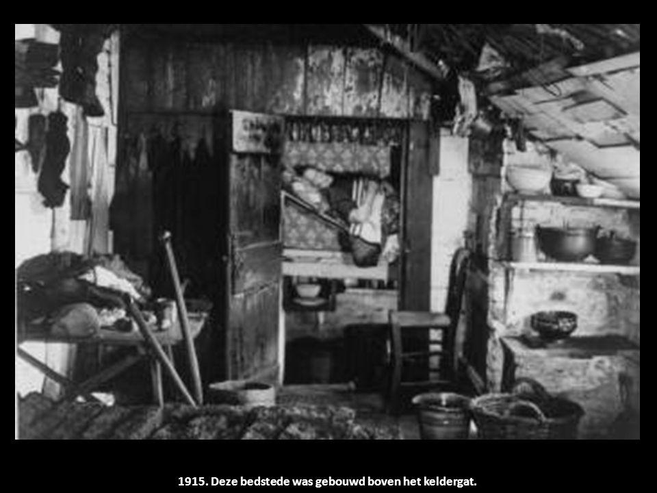 1915. Deze bedstede was gebouwd boven het keldergat.