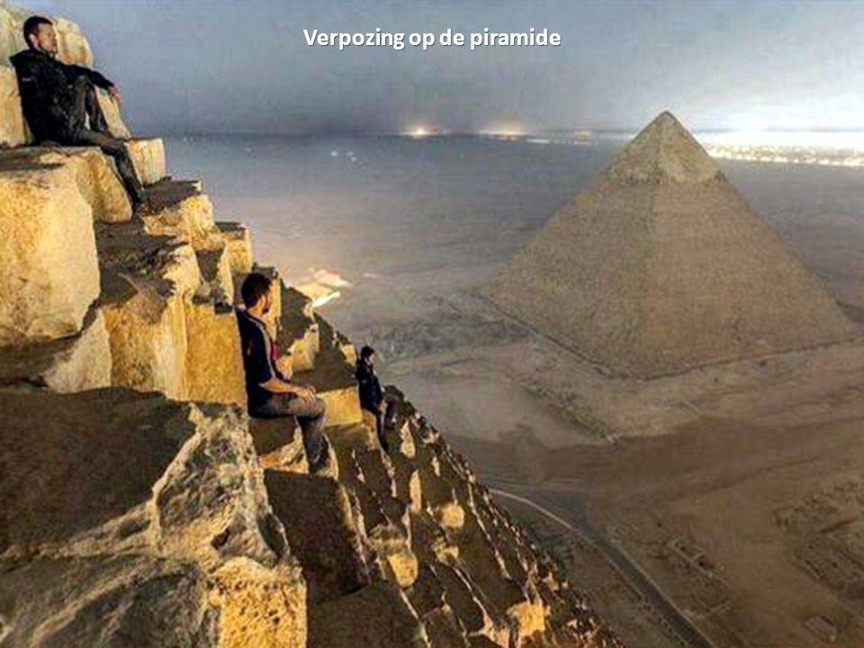 Verpozing op de piramide