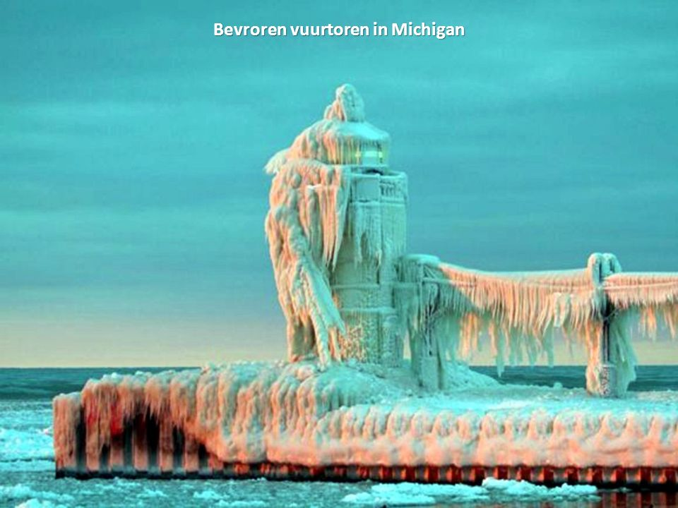 Bevroren vuurtoren in Michigan