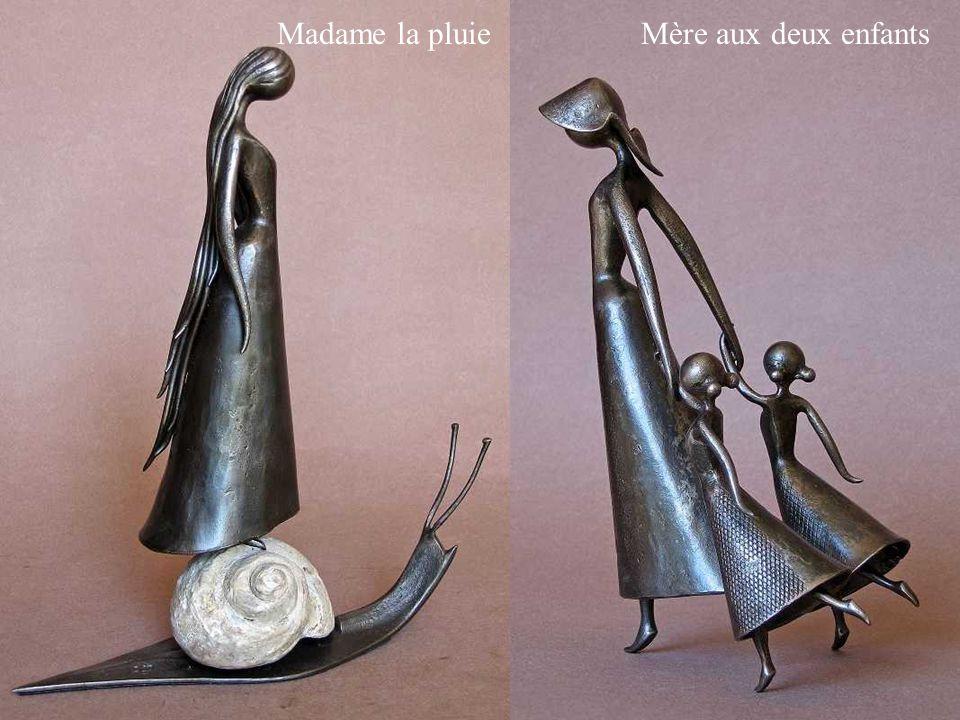 Madame la pluie Mère aux deux enfants