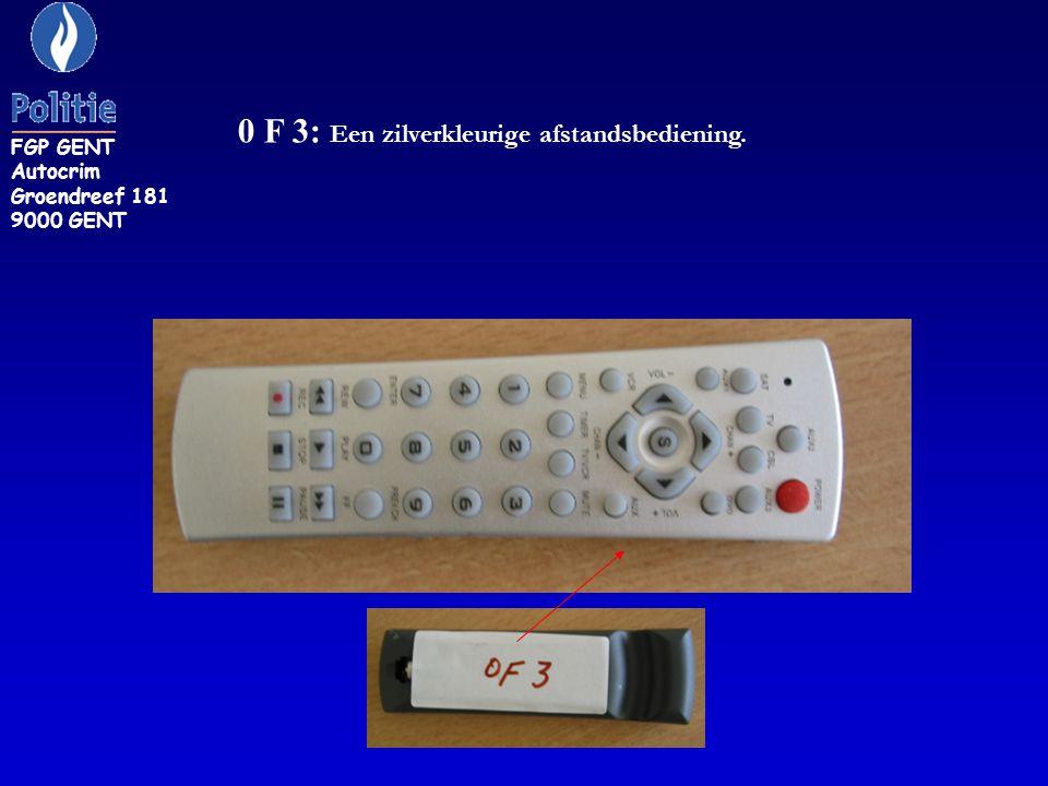 0 F 3: Een zilverkleurige afstandsbediening.