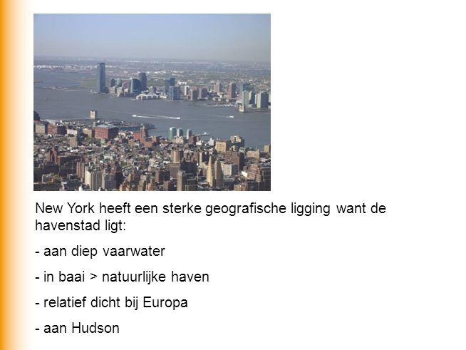 New York heeft een sterke geografische ligging want de havenstad ligt: