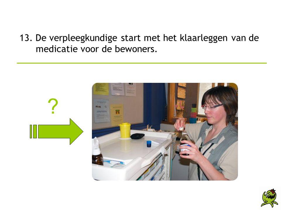 13. De verpleegkundige start met het klaarleggen van de medicatie voor de bewoners.