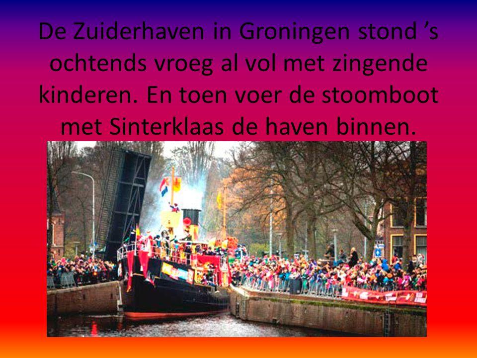 De Zuiderhaven in Groningen stond 's ochtends vroeg al vol met zingende kinderen.