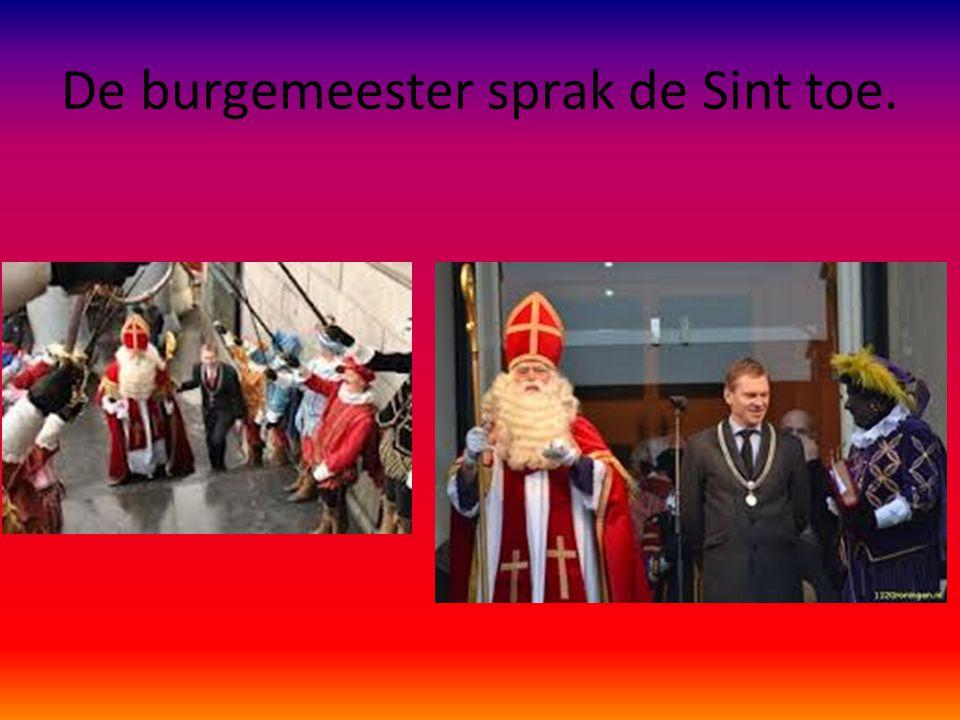 De burgemeester sprak de Sint toe.