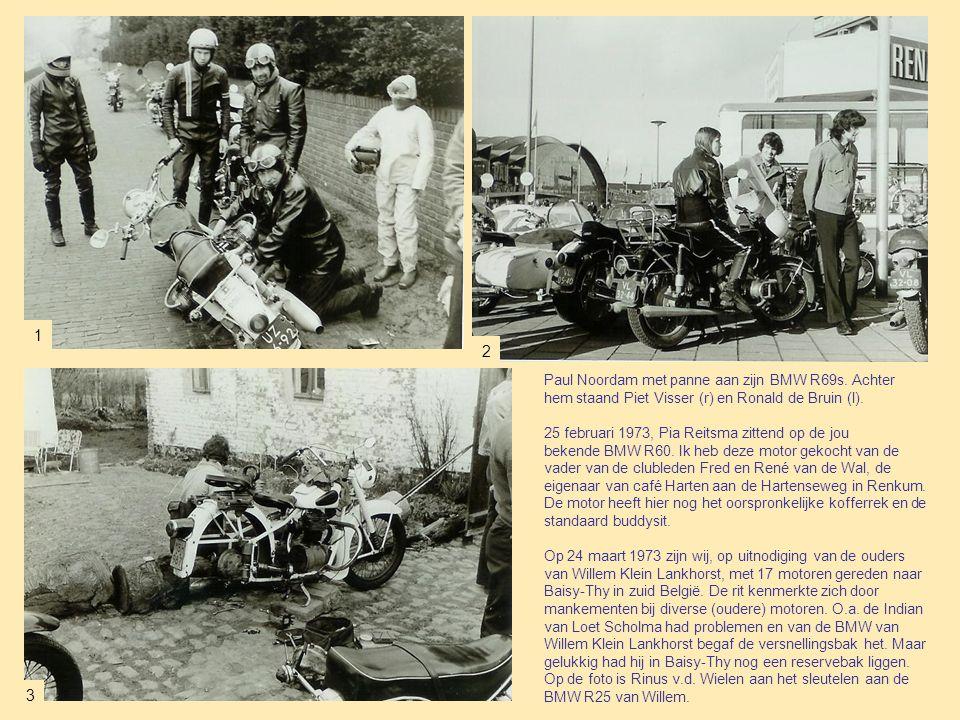 1 2. Paul Noordam met panne aan zijn BMW R69s. Achter hem staand Piet Visser (r) en Ronald de Bruin (l).