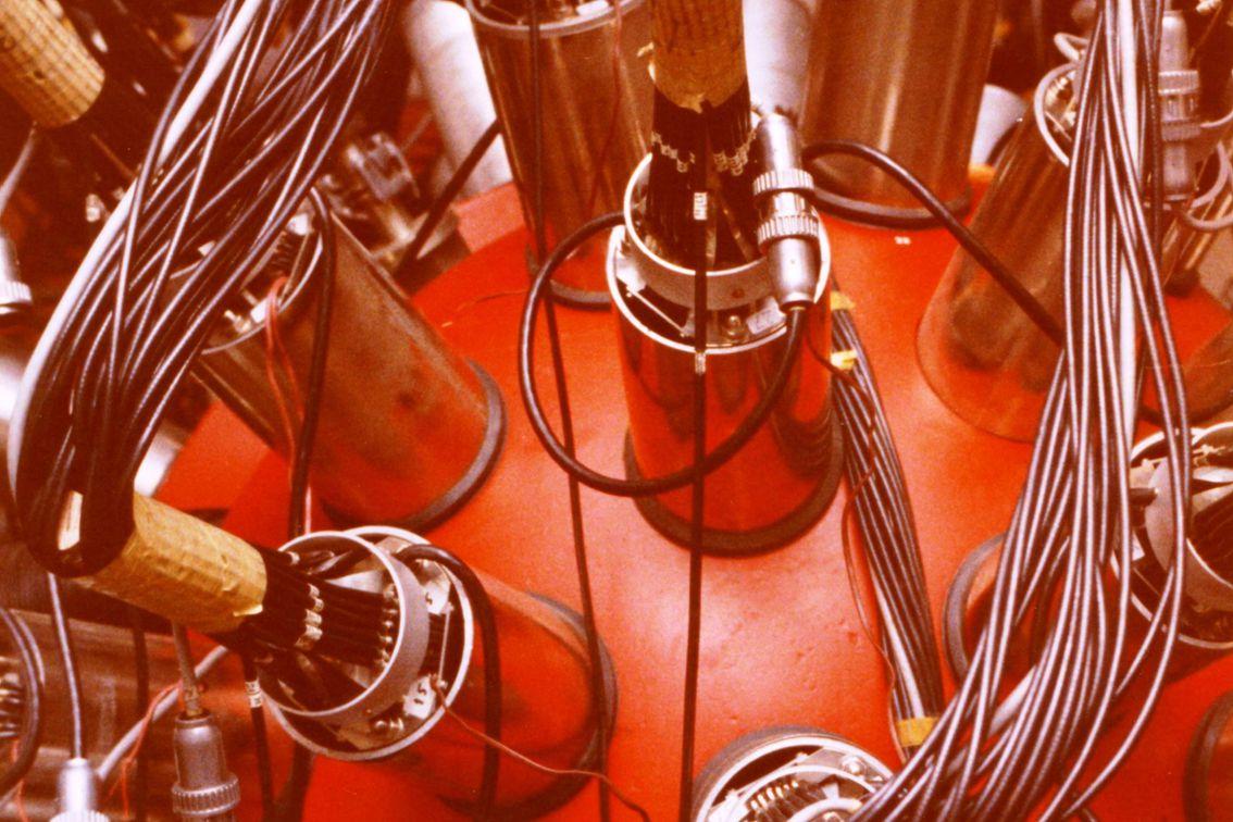 BOL werd gebouwd in het Instituut voor Kernfysisch Onderzoek (IKO), opgericht in Amsterdam in 1947,