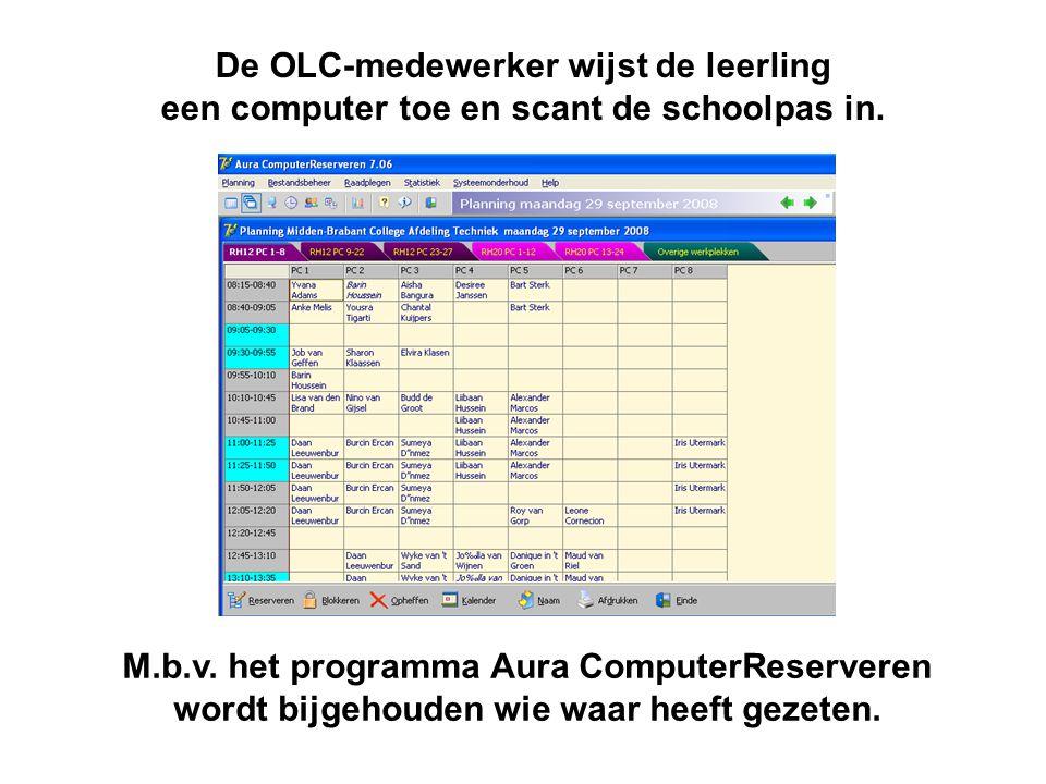 De OLC-medewerker wijst de leerling een computer toe en scant de schoolpas in.