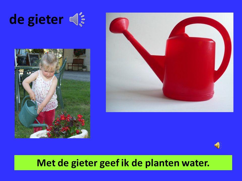 Met de gieter geef ik de planten water.