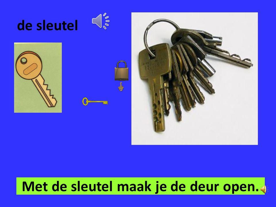 Met de sleutel maak je de deur open.