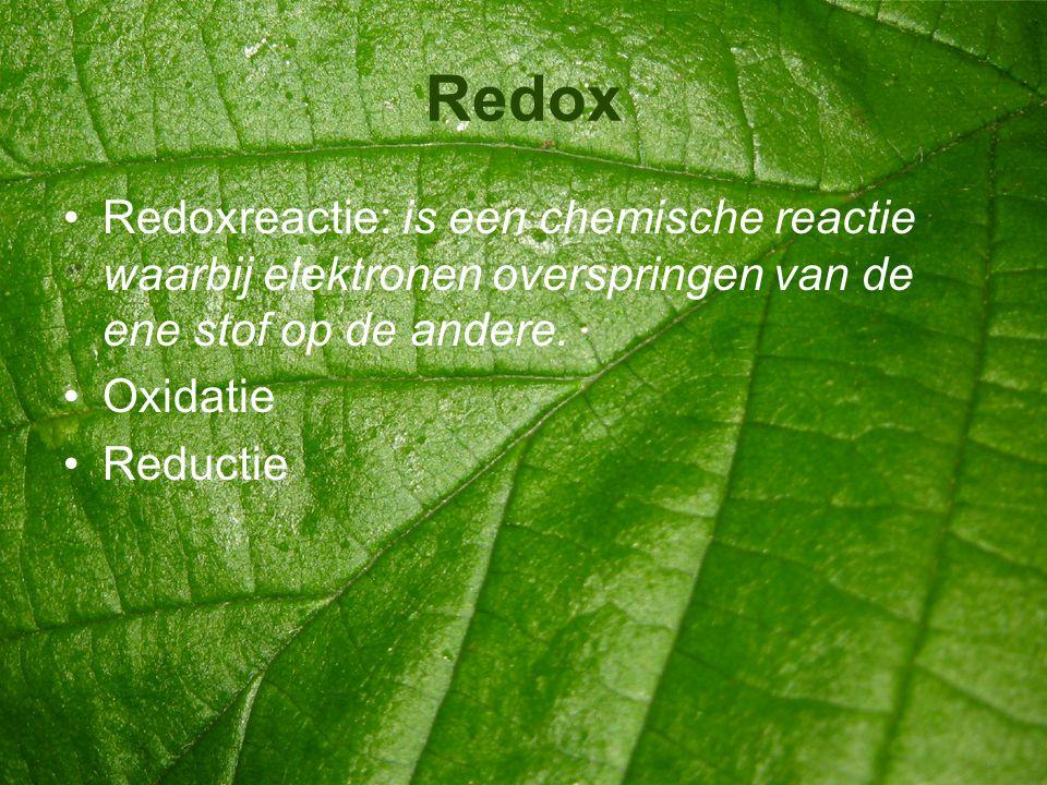 Redox Redoxreactie: is een chemische reactie waarbij elektronen overspringen van de ene stof op de andere.