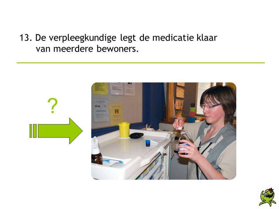13. De verpleegkundige legt de medicatie klaar van meerdere bewoners.