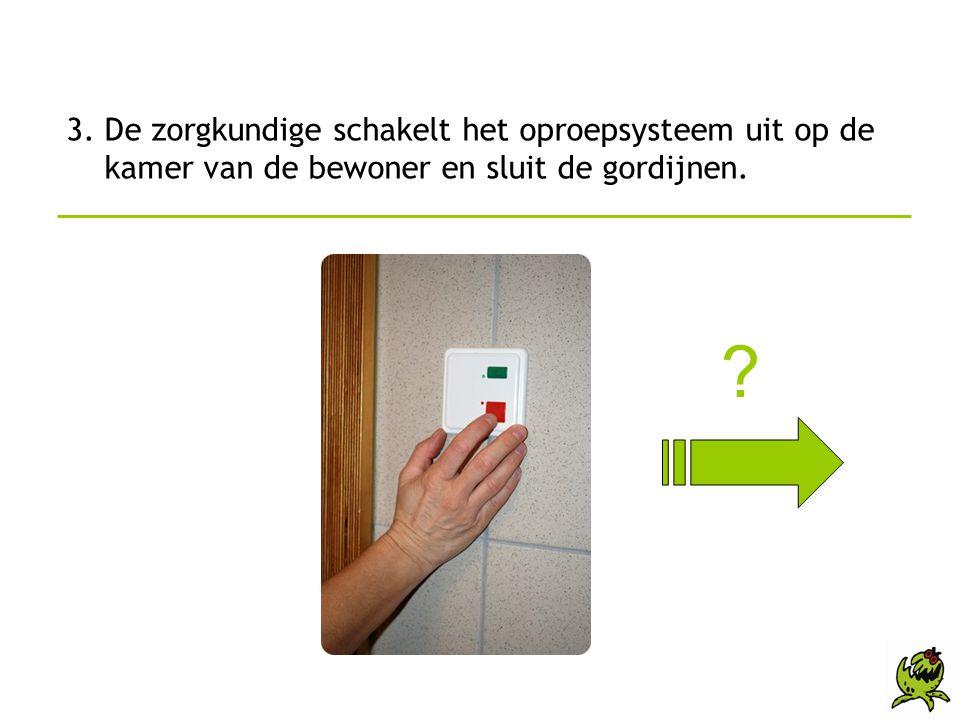 3. De zorgkundige schakelt het oproepsysteem uit op de kamer van de bewoner en sluit de gordijnen.