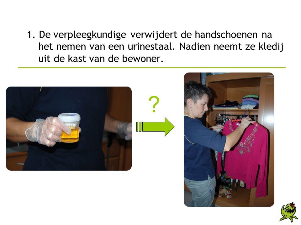 1. De verpleegkundige verwijdert de handschoenen na het nemen van een urinestaal. Nadien neemt ze kledij uit de kast van de bewoner.