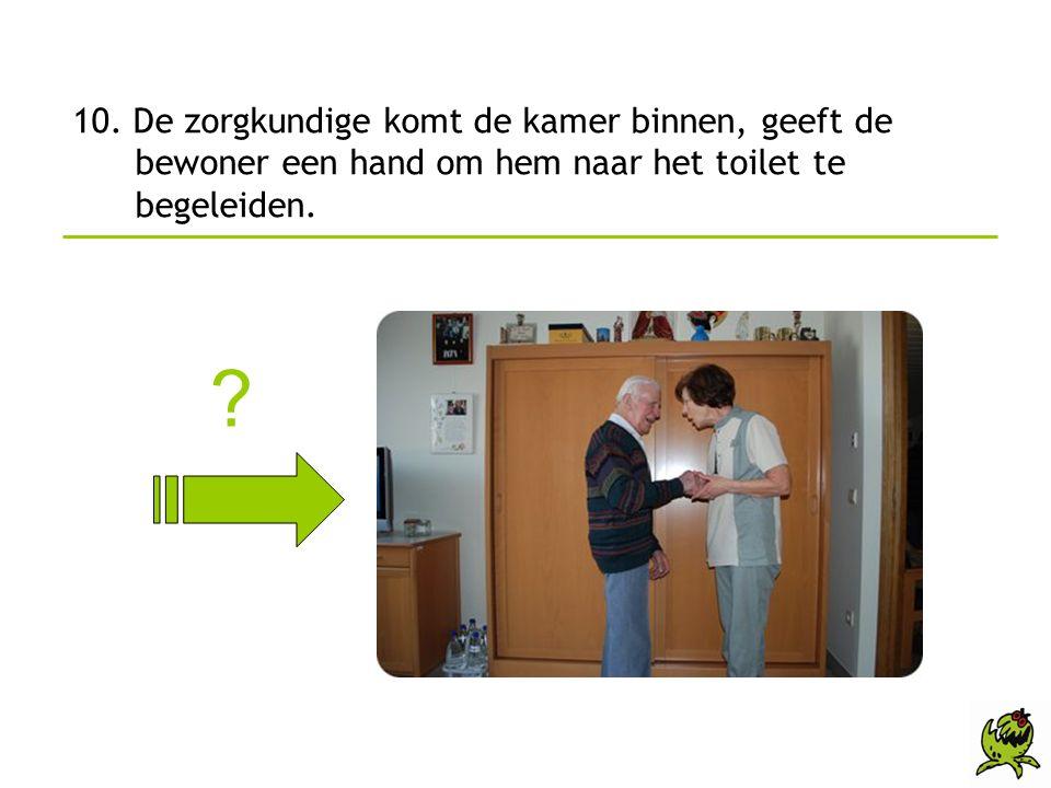 10. De zorgkundige komt de kamer binnen, geeft de bewoner een hand om hem naar het toilet te begeleiden.