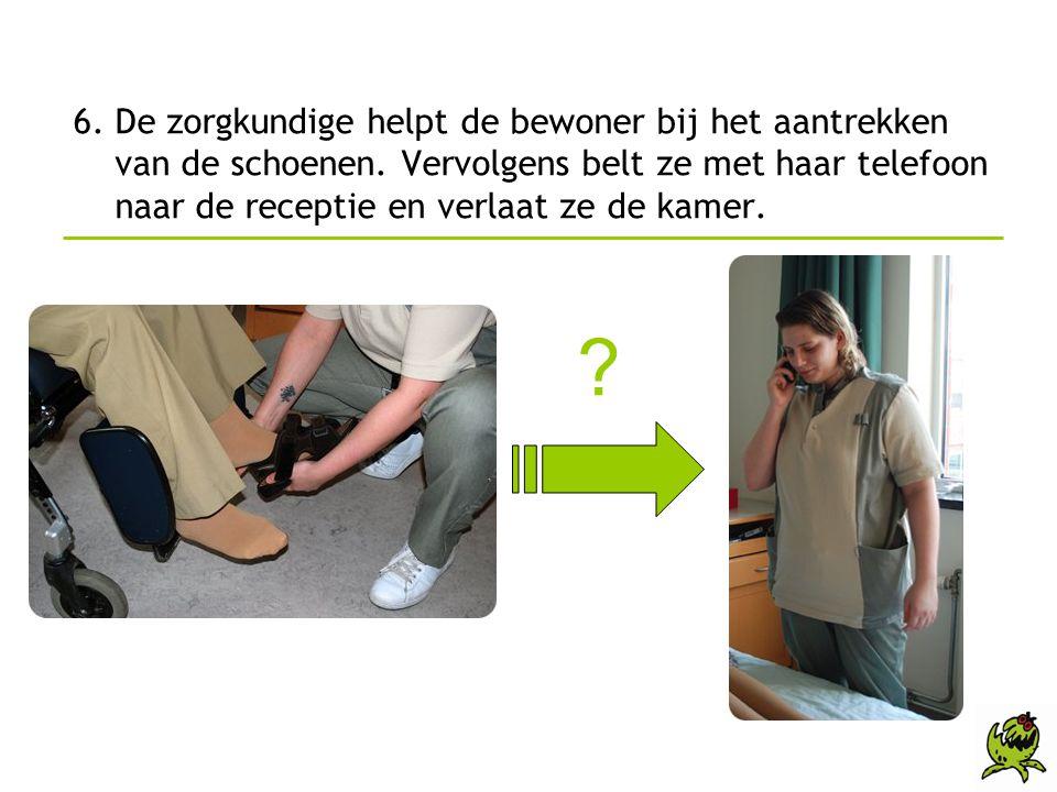 6. De zorgkundige helpt de bewoner bij het aantrekken van de schoenen