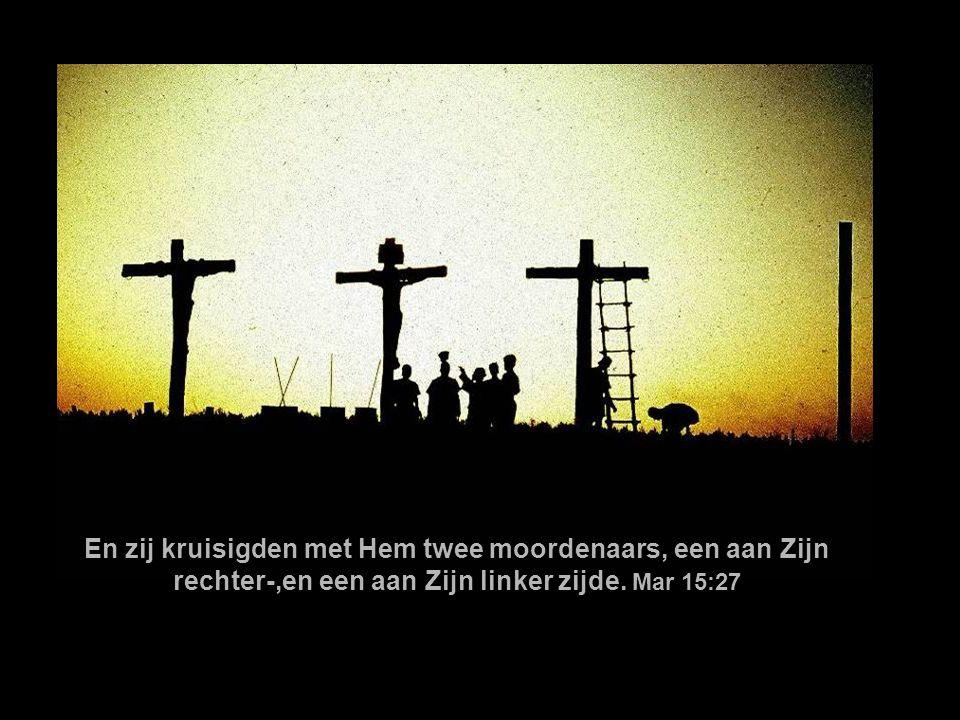 En zij kruisigden met Hem twee moordenaars, een aan Zijn rechter-,en een aan Zijn linker zijde.