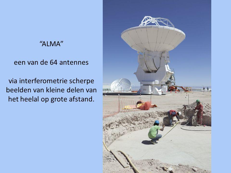 ALMA een van de 64 antennes via interferometrie scherpe beelden van kleine delen van het heelal op grote afstand.