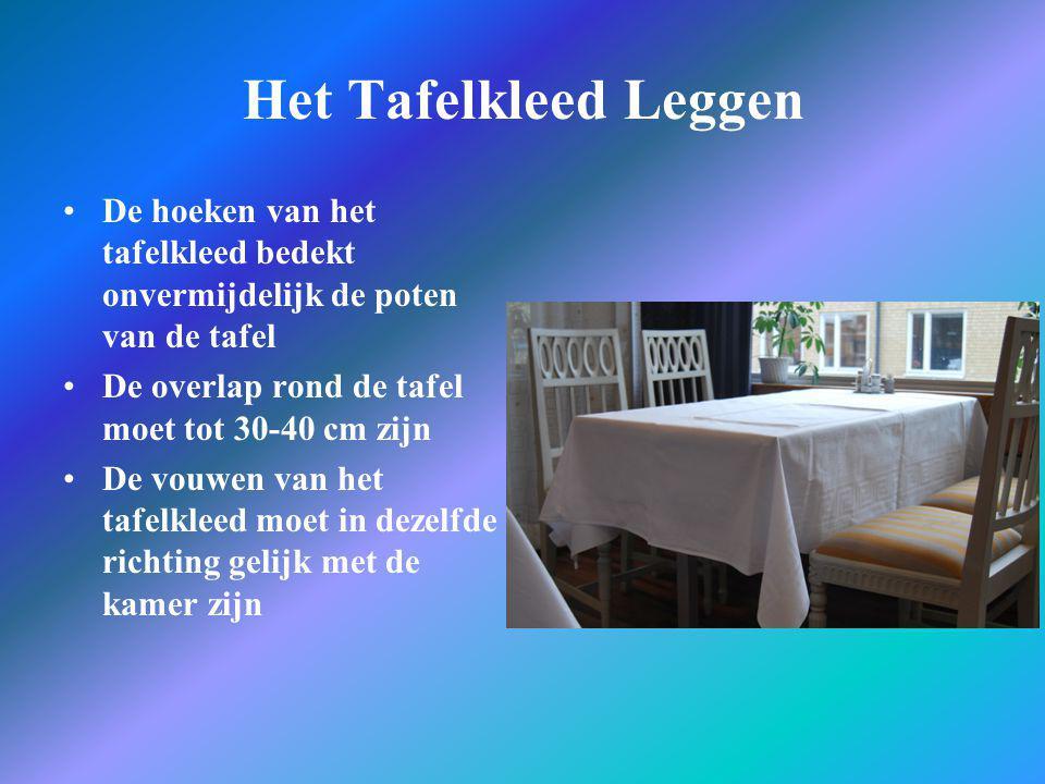 Het Tafelkleed Leggen De hoeken van het tafelkleed bedekt onvermijdelijk de poten van de tafel. De overlap rond de tafel moet tot 30-40 cm zijn.