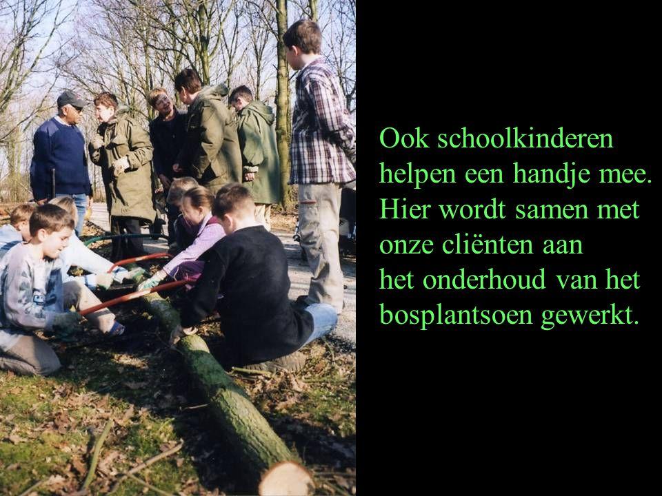 Ook schoolkinderen helpen een handje mee. Hier wordt samen met. onze cliënten aan. het onderhoud van het.